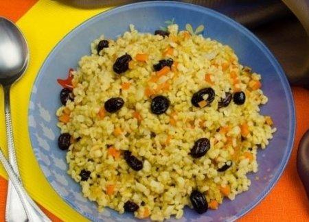 Рецепт Булгур с луком, морковью пряным изюмом в мультиварке