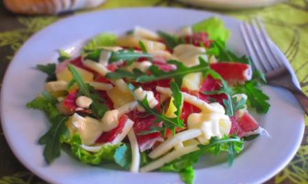 Рецепт Салат с сырокопченным окороком, сыром и ананасами