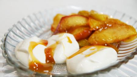 Рецепт Творожный десерт с карамелизованными яблоками