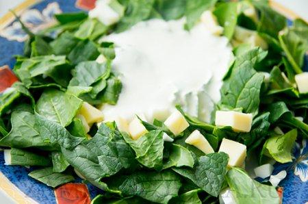 Рецепт Салат из шпината с яйцами и сыром сулугуни