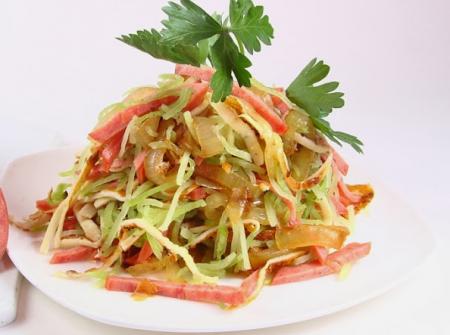 Салат с полукопченой колбасой и редькой