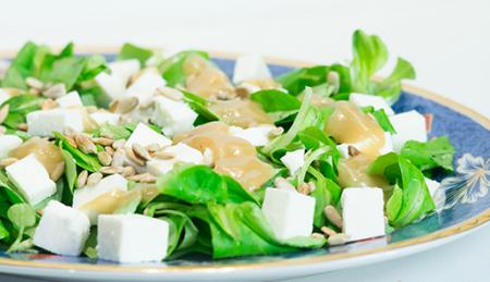 Рецепт Салат из корна с адыгейским сыром и горчичным соусом