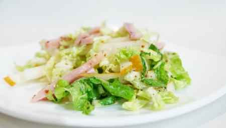 Рецепт Салат с копченой курицей и грушей