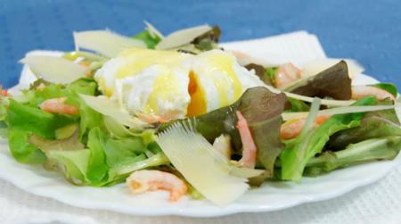 Рецепт Салат Цезарь с креветками и яйцом-пашот