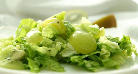 Рецепт Салат из пекинской капусты с виноградом и киви