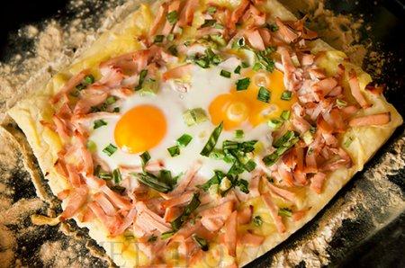 Рецепт Слоеный пирог с копченой курицей и яйцами