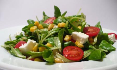 Рецепт Полевой салат с фетой, кукурузой и помидорками черри