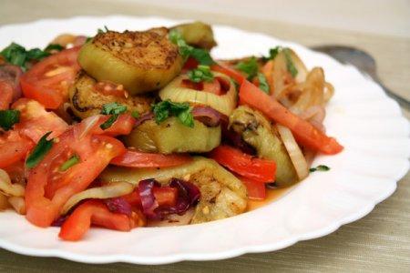 Рецепт Салат из курицы с вареными баклажанами