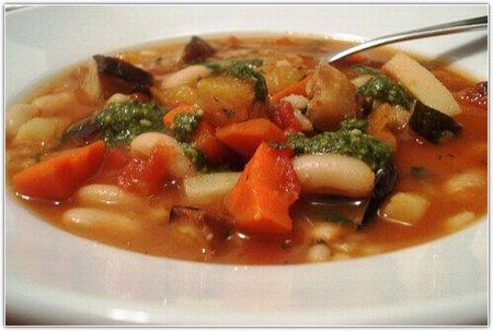 Постный суп из фасоли с миндальным соусом песто