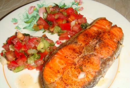 Рецепт Стейки из форели (семги, лосося) с томатной сальсой