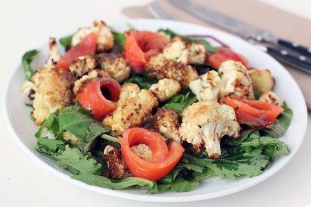 Рецепт Салат из запеченной цветной капусты и малосольного лосося