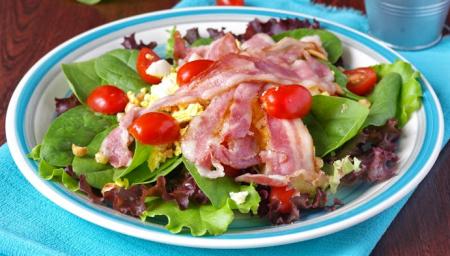 Рецепт Салат со шпинатом, беконом и миндалем