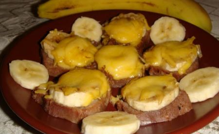 Рецепт Закуска из языка и банана под плавленым сыром