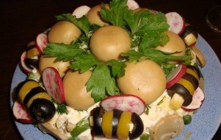 """Рецепт Салат """"Пчелка"""" с маринованными грибами и овощами"""