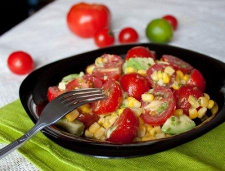Рецепт Салат из томатов, авокадо и кукурузы