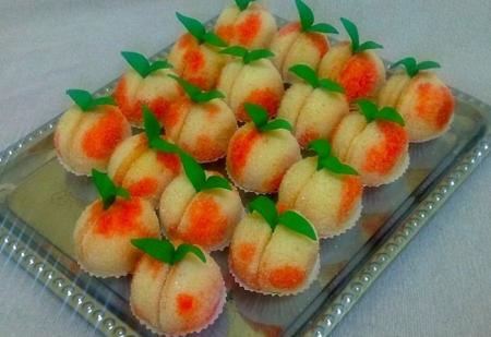 """Рецепт """"Персики"""" - пирожное с начинкой из вареной сгущенки с орешками"""
