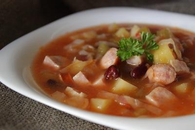 Суп с колбасками и консервированной фасолью
