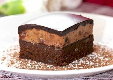 Шоколадное пирожное с карамелью