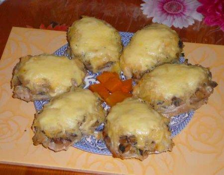 Свининка с киви, грибами и сыром