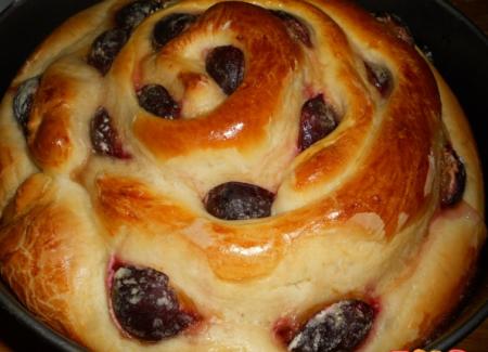 Рецепт Пирог со сливами и творогом