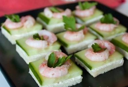 Рецепт Канапе из креветок и огурца на тостах