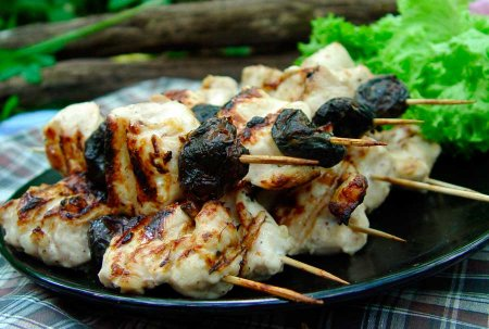 Рецепт Шашлычки из куриного филе и чернослива