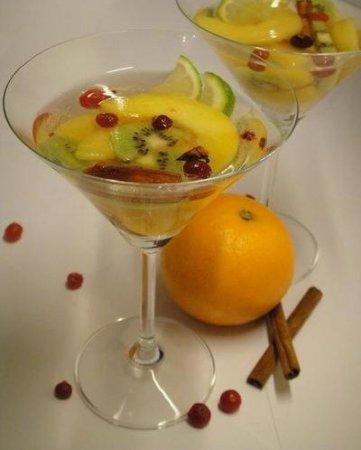 Безалкогольный крюшон с кусочками фруктов