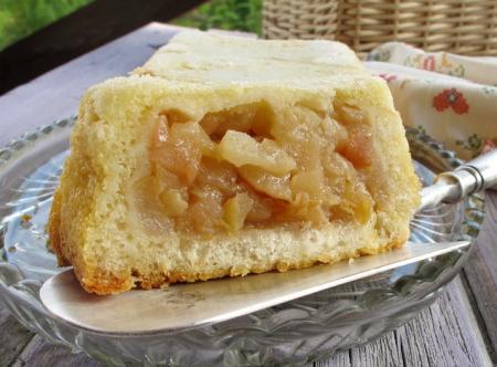 Классическая яблочная шарлотка — это яблочная начинка в оболочке из кусочков хлеба