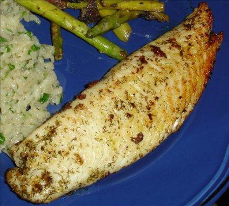 Белая рыбка с маслом и травами
