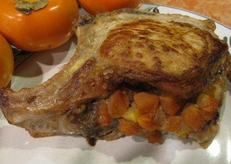 Свинина на косточке фаршированная хурмой и яблоками