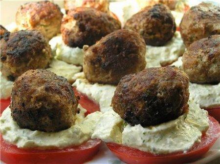 Рецепт Канапе с котлетками на помидорах