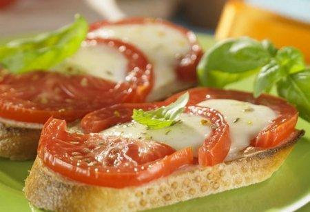 Рецепт Бутерброд запеченный с помидорами и моцареллой