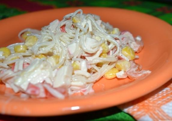 Салат крабовый с фасолью