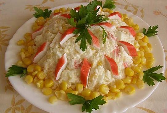 Салат с крабовыми с кукурузой и рисом рецепт с пошагово
