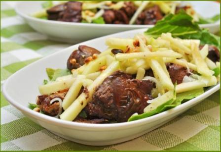 Рецепт Салат с куриной печенью и яблоком