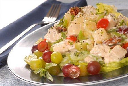 Рецепт Куриный салат с орехами, виноградом и каперсами