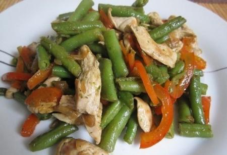Рецепт Тёплый салат с курицей, перцем и стручковой фасолью