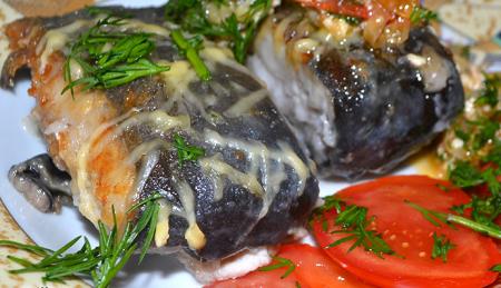 Рецепт Сом, жаренный с овощами, под сырным соусом Дор Блю