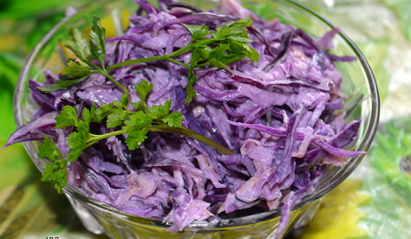 Салат с краснокочанной капустой и сельдереем