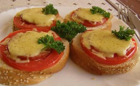 Рецепт Горячие бутерброды с салями и помидором