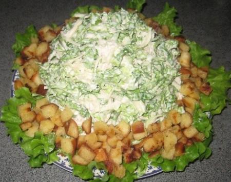Рецепт Куриный салат с листьями салата и сухариками