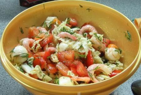 Салат из креветок, томатов с моцареллой и китайской капустой