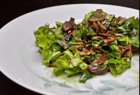 Рецепт Теплый грибной салат с семенами подсолнечника и кинзой