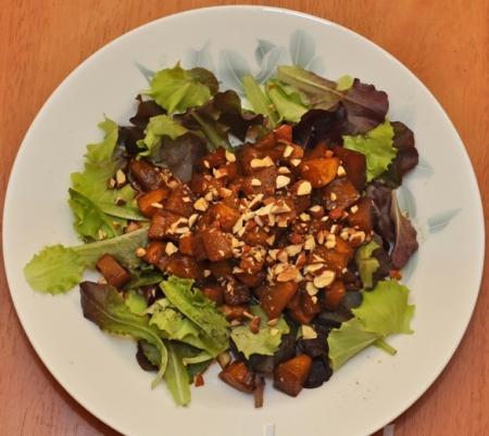 Салат из печеной тыквы с бальзамиком и миндалем