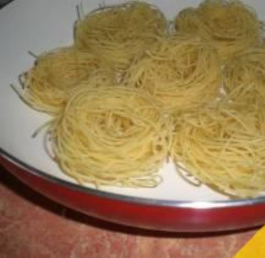 Гнезда из макарон на сковороде рецепт
