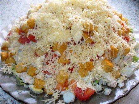 Рецепт Салат с курицей, сыром и сухариками