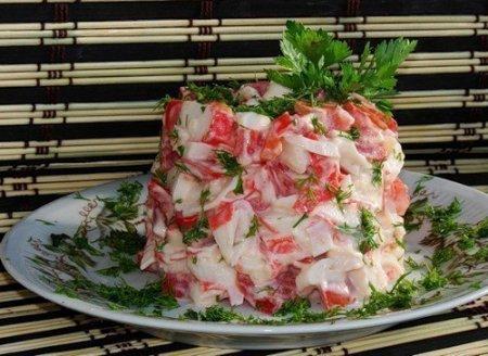 салат с крабовыми палочками, помидорами и чесноком