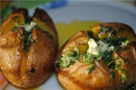 Картофель, печеный в кожуре с чесночным маслом