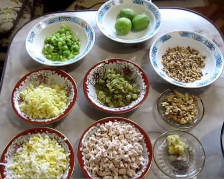 Салат Изумрудный браслет с киви, сыром и курицей