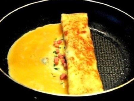 Омлет с ветчиной и сыром на сковороде
